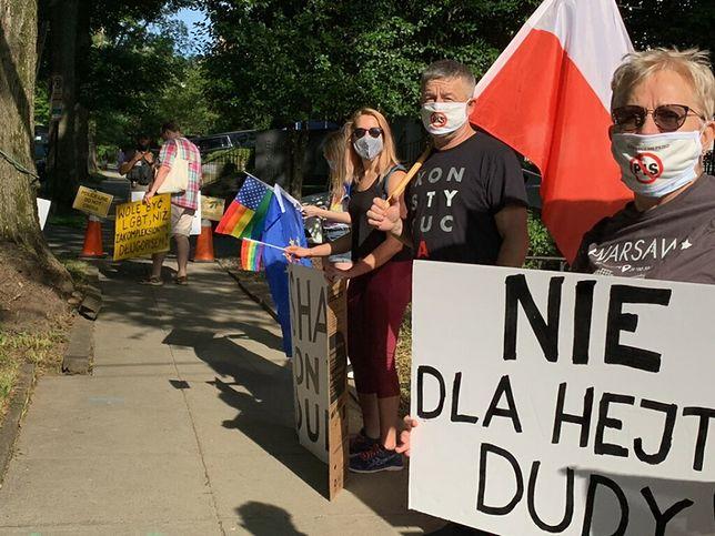 Andrzej Duda w Waszyngtonie. Protest Polaków. Rozdają tęczowe ulotki przed rezydencją ambasadora