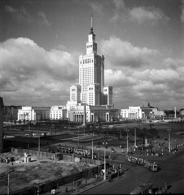 – Jest tak brzydki, że aż piękny. Choć mało kto pamięta, że pierwotnie był niemal biały, przydałoby mu się czyszczenie - mówi o Pałacu Kultury prof. Jerzy Eisler