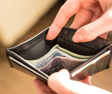 W trakcie trwania umowy kredytowej bank monitoruje sytuację finansową klienta, a w przypadku braku terminowej obsługi kredytu podejmuje adekwatne działania.