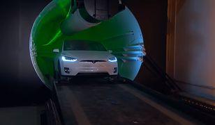 Tesla mknęła przez tunel z prędkością 80 km/h