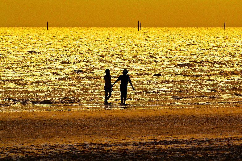 USA. Poszła z mężem na plażę. Chciał ją zakopać żywcem