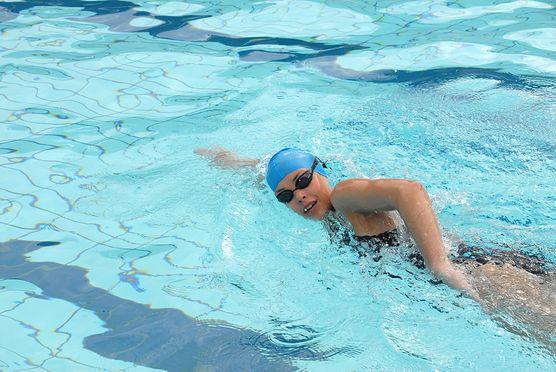 Pływanie - ulga dla twojego kręgosłupa. Zobacz, w jakich schorzeniach ten sport jest polecany