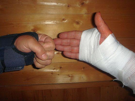 Jak prawidłowo opatrzyć ranę? Zobacz, co ci się przyda, a czego należy unikać