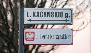Dwujęzyczne tabliczki dekoracyjne na ulicy imienia polskiego polityka