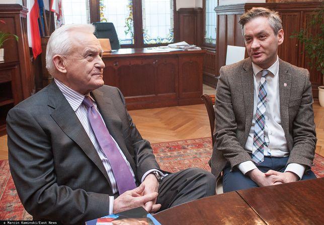 Leszek Miller podczas spotkania z Robertem Biedroniem w 2015 r., kiedy lider Wiosny był prezydentem Słupska