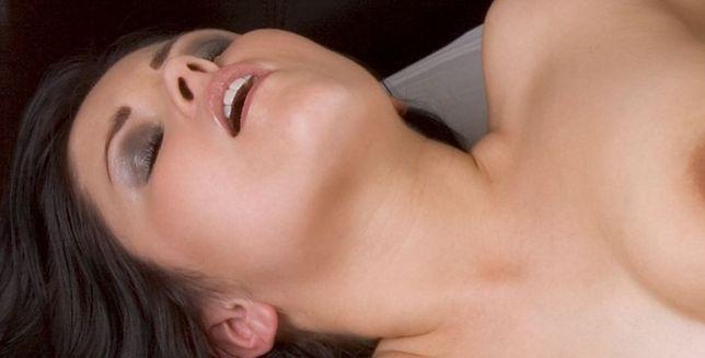 Czemu kobiety tak głośno jęczą podczas seksu?