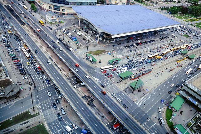 Komunikacja miejska to popularna forma poruszania się po dużych miastach