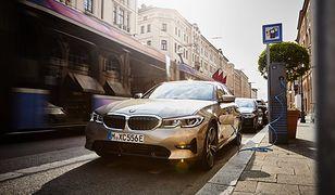 BMW 330e można ładować m.in. na publicznych stacjach ładowania