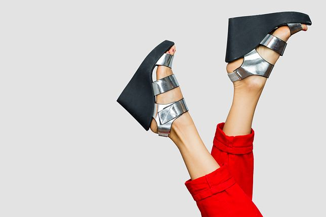 Buty na koturnie są stabilne i pasują do letnich stylizacji