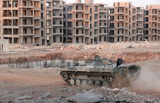 W wyniku walk sił rządowych z rebeliantami (na zdjęciu ich czołg) wciąż giną cywile w Aleppo