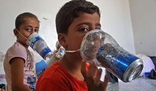 Dzieci syryjskie w Idlib z maskami przeciwgazowymi domowej roboty