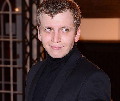 Maciej Musiałowski grilluje na świeżym powietrzu