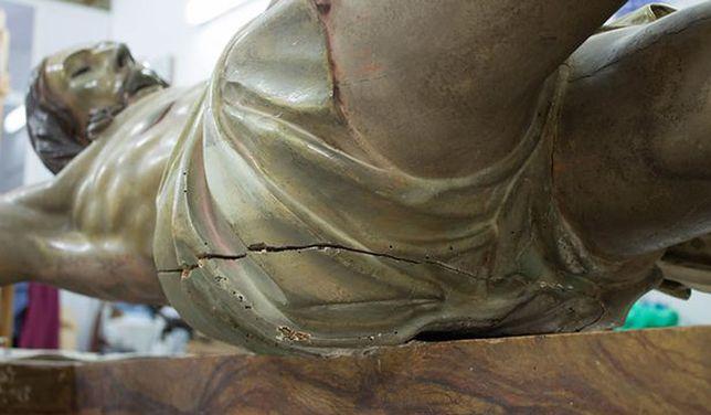 """Pośladki rzeźby Jezusa skrywały tajemnicę. Znaleźli """"kapsułę czasu"""""""