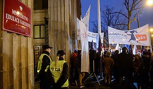 Przed siedzibą MEN pikieta przeciw reformie edukacji