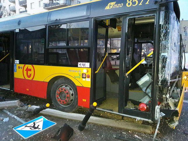 """Autobus zjechał z trasy i spowodował ogromne szkody. """"Nieuwaga kierowcy"""""""