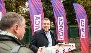 Dzień po debacie wyborczej w TVN24 polityk lewicy Adrian Zandberg zabiegał o głosy wyborców na ulicach Warszawy.
