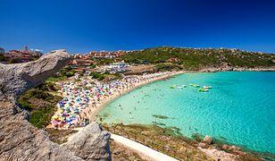 Włochy. Po 40 latach turystka odesłała 15 kg piasku z Sardynii