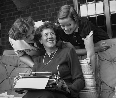 Enid Blyton, popularna angielska autorka książek dla dzieci z jej dwiema córkami Gillian (po lewej) i Imogen (po prawej)
