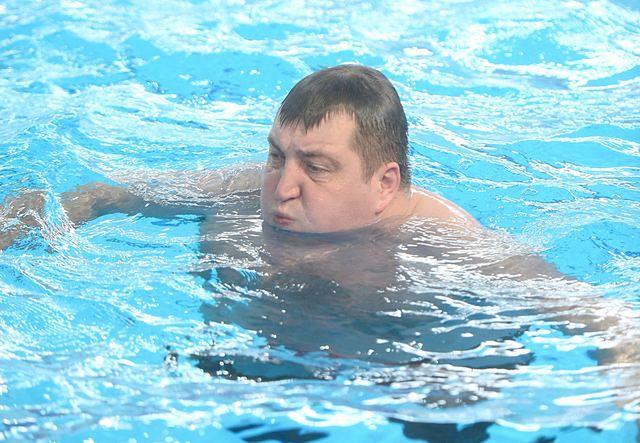 Rolnik skacze do basenu