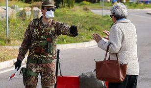 Koronawirus. Żołnierz zatrzymuje kobietę na granicy włosko-francuskiej.