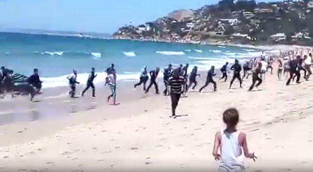 Imigranci na plaży turystycznej w Hiszpanii