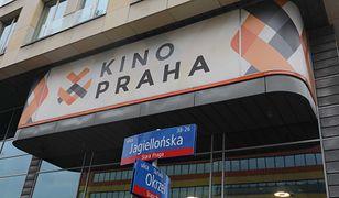 Warszawa. Zderzenie dwóch aut. Jeden pojazd wjechał do kina, kierowca drugiego uciekł