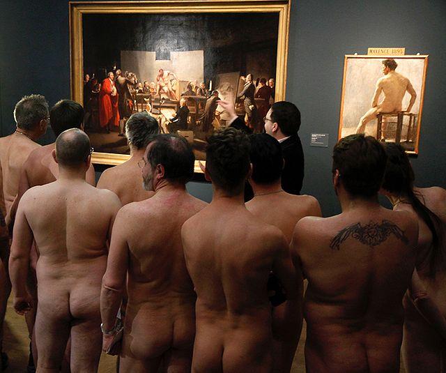 Setki nagich ludzi na wystawie centrum miasta - zdjęcia