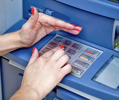 Coraz chętniej wypłacamy z bankomatów