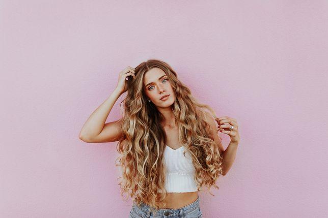 Jak dbać o kręcone włosy? Pielęgnacja loków