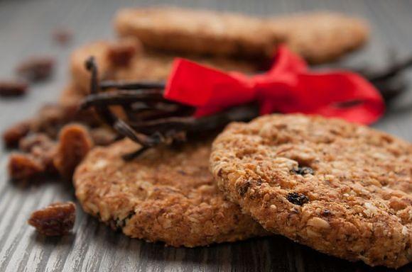 Owsiane ciastka pełnoziarniste z rodzynkami to niskokaloryczna przekąska