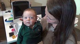 Niesłyszący od urodzenia chłopiec, dzięki nowej technologii pierwszy raz słyszy głos rodziców. Jego reakcja zaskakuje