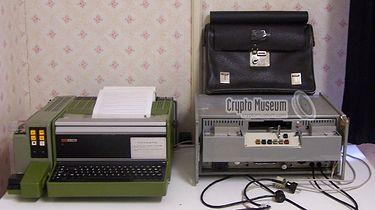 """TgS-1 DUDEK — najsłynniejsze urządzenie szyfrujące w historii polskiej kryptologii - TgS-1 DUDEK — był najczęściej używanym modelem """"Dudka"""" w polskich urzędach (źródło: cryptomuseum.com)"""