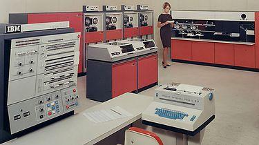 Elwro część 6 – ICL i umowa software'owa, podwaliny Odry serii 1300 - IBM 1000 z rodziny IBM System 360. To ten komputer początkowo chciała kupić polska delegacja. IBM jednak nie chciał go sprzedać, oferując maszyny starszej generacji.