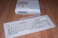 Atari Falcon część 3 – historia wróbla co chciał być jastrzębiem, a stał się Fenixem - Atari Falcon MicroBox z zewnętrzną klawiaturą. U góry charakterystyczne wybrzuszenie uznawane przez niektórych jako podstawka do monitora, przez innych jako klapka napędu CD.