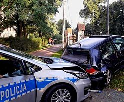 Policja staranowała golfa. Auto skończyło na płocie kościoła