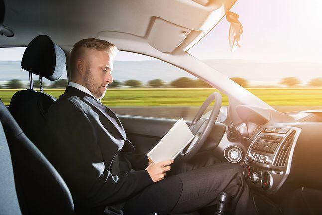 """Obserwacja drogi w autonomicznym samochodzie może być tak samo ważna, jak w klasycznym aucie, gdzie kierowca jest """"u sterów"""", Depositphotos"""