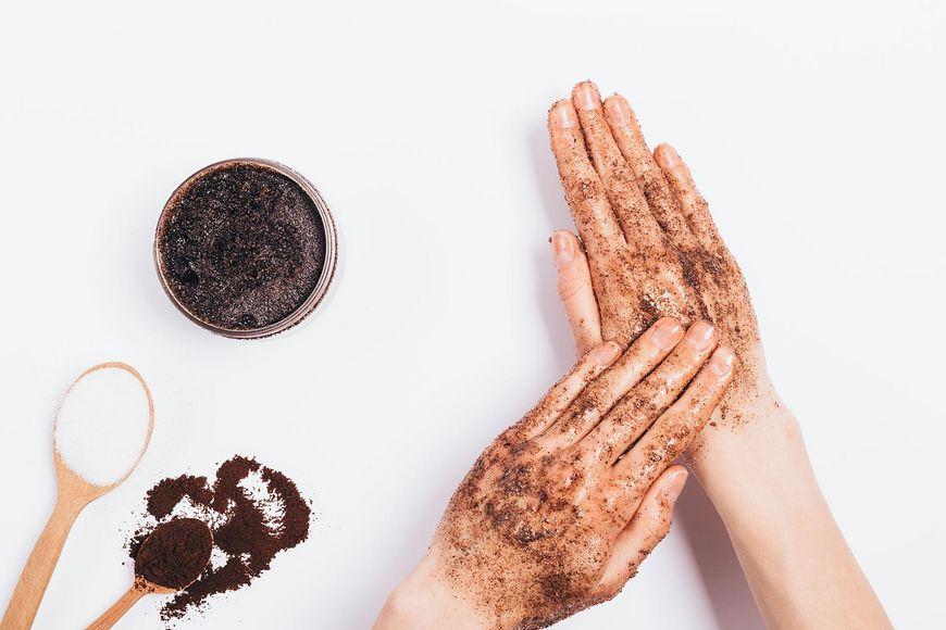 Regularne wykonywanie peelingu skóry jest kluczem do zachowania jej gładkości i jędrności.