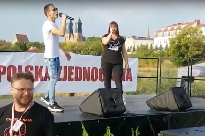 Justyna Socha szaleje na scenie. Śpiewa hit antyszczepionkowców