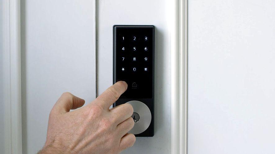 Masz taki zamek do drzwi? Potencjalnie każdy może go obejść (fot. KeyWe @ YouTube)