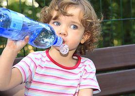 Nie podawaj dziecku wody w plastikowej butelce. Jest szkodliwa zwłaszcza podczas upałów
