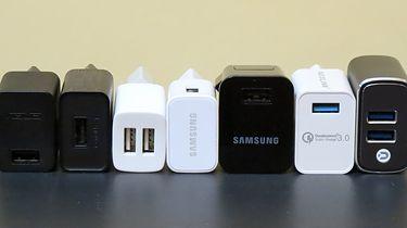 Mały test ładowarek USB – obciążamy 7 modeli do granic ich możliwości! - Modele od lewej: Asus PA-1070-07, Lenovo C-P63, Motorola 5006ABV0500115, Samsung EP-TA20EWE, Samsung ETA-P10XBE, Voxlink CEHC0377, Voxlink HMCG0007