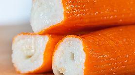 Popularne paluszki surimi. Uważaj na skład (WIDEO)