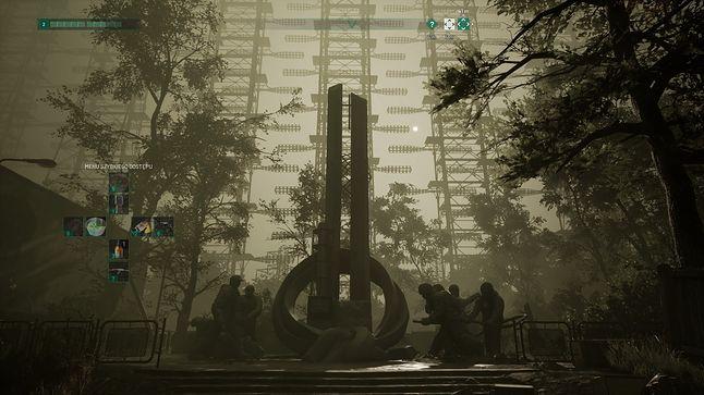 Postmodernistyczny pomnik, a w tle autentyczny radar Duga