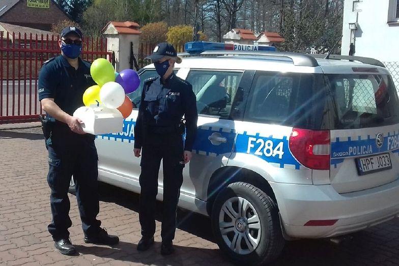 W czasie epidemii koronawirusa policjanci ze Rzgowa dostarczyli dziecku urodzinowy tort