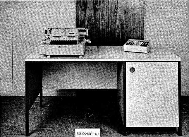 Autonetics Recomp III zintegrowany z biurkiem. Z lewej strony elektryczna maszyna zintegrowana z czytnikiem i dziurkaczem do taśm perforowanych. Z prawej nowa konsola kontroli.