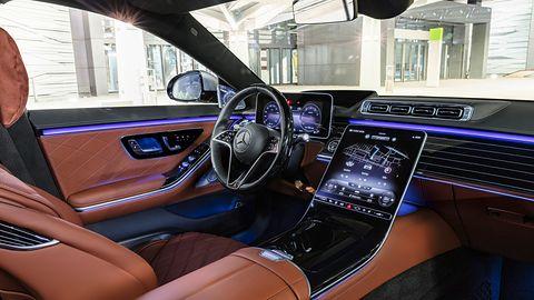 Mercedes-Benz Klasy S 2021: wielki ekran OLED, rozpoznawanie twarzy i AR z nawigacji na szybie