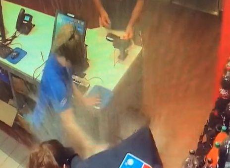 Wypadek w pizzerii nagrały kamery ochrony. Teraz jest hitem TikToka