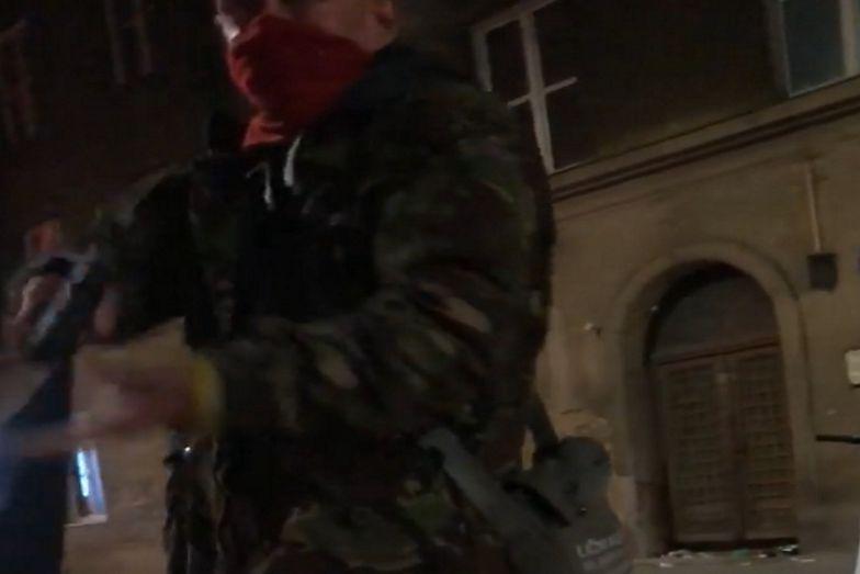 Nagle wyciągnął broń! Przerażające nagranie ze Strajku Kobiet w Krakowie