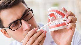 Jak odkamienić protezę zębową?