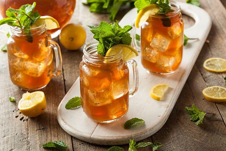 Mrożona herbata. Jak samodzielnie przygotować zimny napój na upalne dni